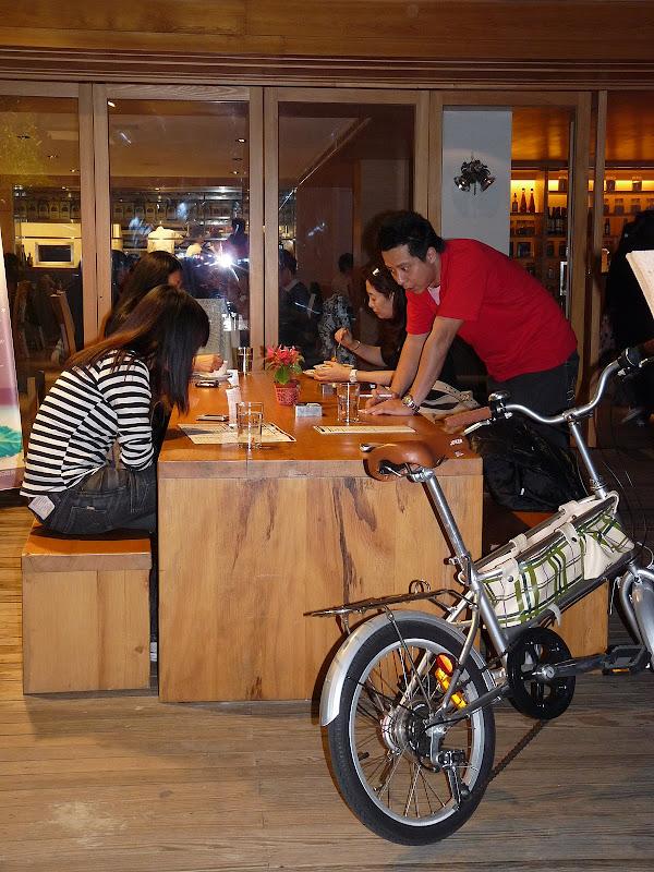 le vélo est tellement la mode et populaire,qu il y en a partout comme objet de décoration ou de promotion