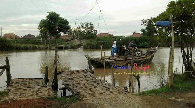 Warga desa muara blanakan subang perahu penyebrangan