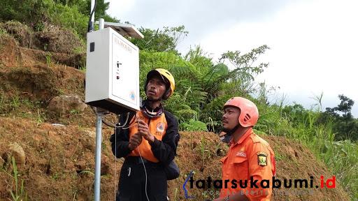 EWS alat pendeteksi longsor dipasang di Gunung Surandil / Foto : Isep Panji (4/1/2019)