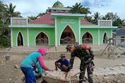 Sambut Idul Fitri, Babinsa Bersama Warga Gotong Royong Pasang Paving Blok Pelataran Masjid As-Salam