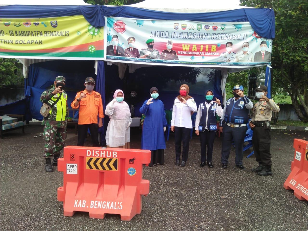 Anggota Koramil Mandau dan Tim PPP C-19 Cek Penumpang Bus