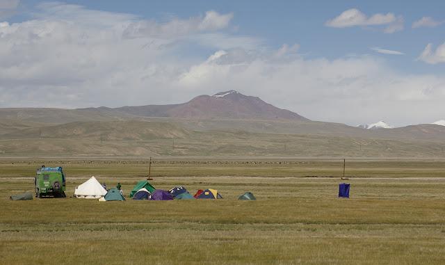 Le campement à l'Est de Kara Say (3400 m), 12 juillet 2006. Photo : J.-M. Gayman