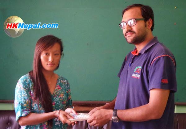 भूकम्पमा ज्यान गुमाएका खेल पत्रकार भोम्जनको परिवारलाई सहयोग