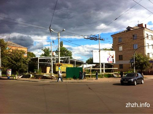В центре Житомира на стройплощадке «АТБ» восстанавливают забор. ФОТО. ВИДЕО