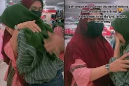 Mengharukan, Wanita Ini Menangis dan Peluk Emak-emak yang Mirip dengan Ibunya