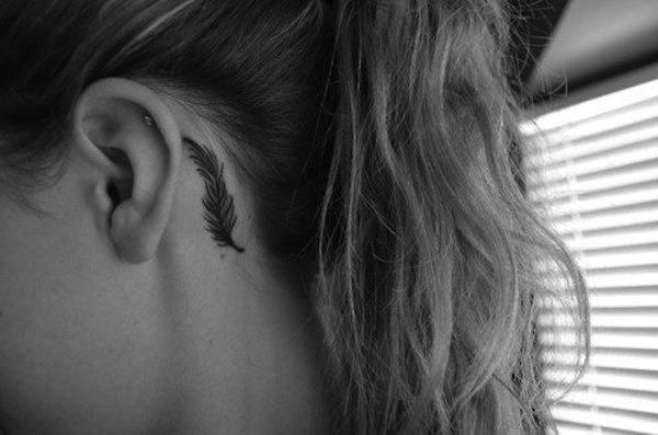 pequena_tatuagem_de_pena_atrs_da_orelha