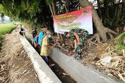 Babinsa Koramil 0820/13 Krejengan Karya Bhakti Bersama Masyarakat Bangun Saluran Irigasi