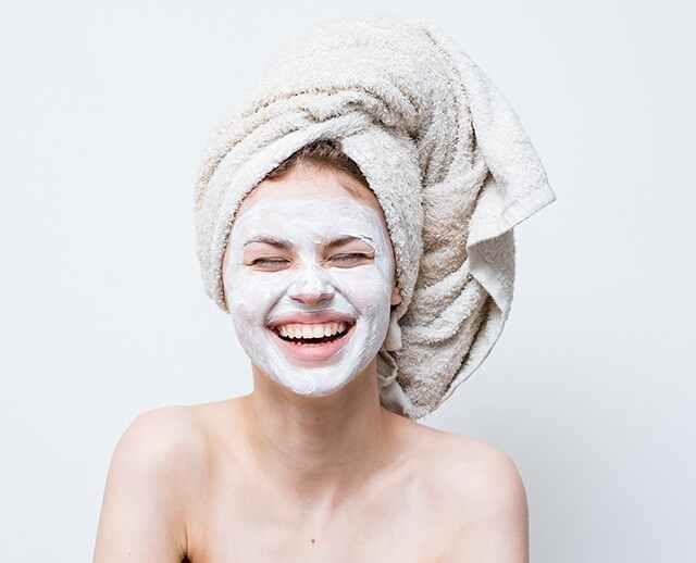 حزمة الطين ضرورية لإزالة السموم من بشرتك