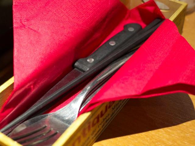フォークとナイフと箸が準備されてる