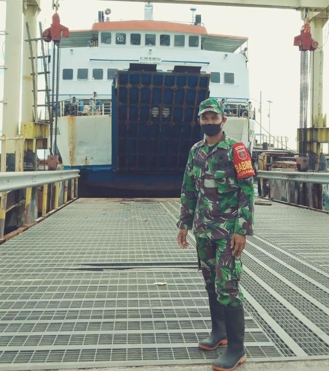 Babinsa Koramil Tikep Bersama Tim Medis Cegah Penularan Covid-19 Di Pelabuhan Very
