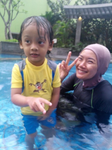 maniak-makan-solo-paragon-swimming-pool-enos-and-me