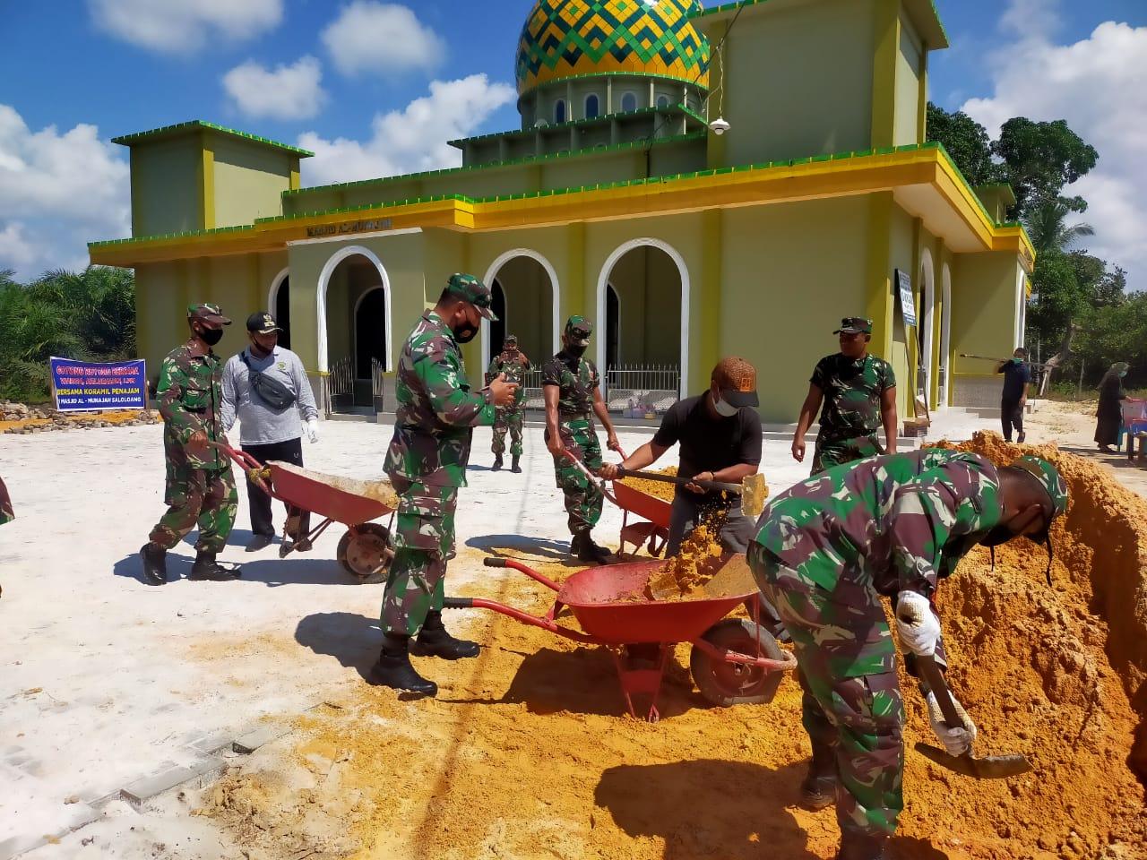 Babinsa Penajam Galakkan Gotong Royong Dengan Membangun Masjid