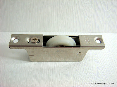 裝潢五金品名:770-可調式T型輪規格:30MM挖孔尺寸:16*56m/m載重:60KG材質:白鐵功能:可適用#0998軌玖品五金