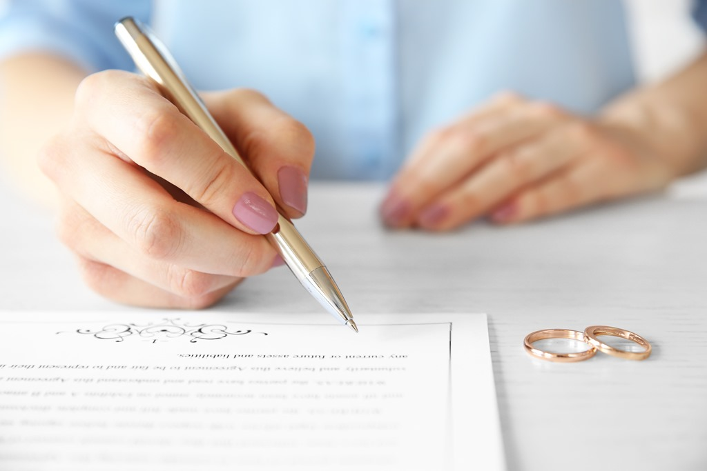 [prenuptial+agreement+wedding+rings+AdobeStock_127773221%5B6%5D]