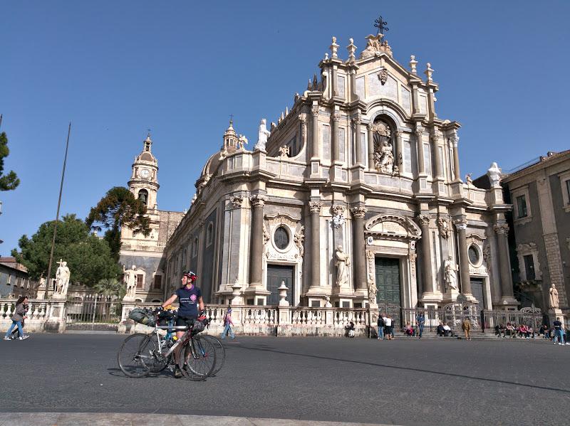 In cateva ore ajungem de la 2000 de metri in Catania, o mica bijuterie baroca asezata pe malul marii.