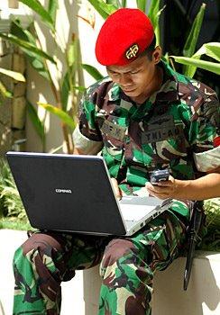 baret+tentara Sebab Baret TNI di Pasang Miring