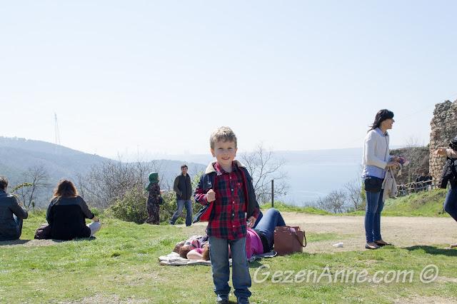 turistler arasında dolaşırken, Yoros Kalesi Anadolu Kavağı