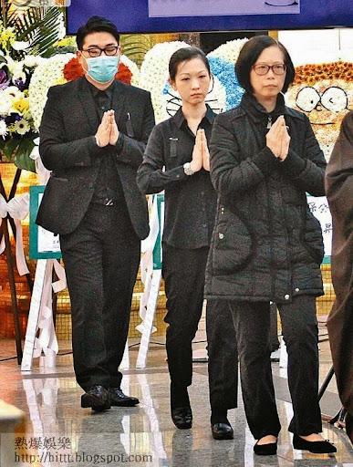 林保全的遺孀與女兒林芷筠及女婿進行儀式。