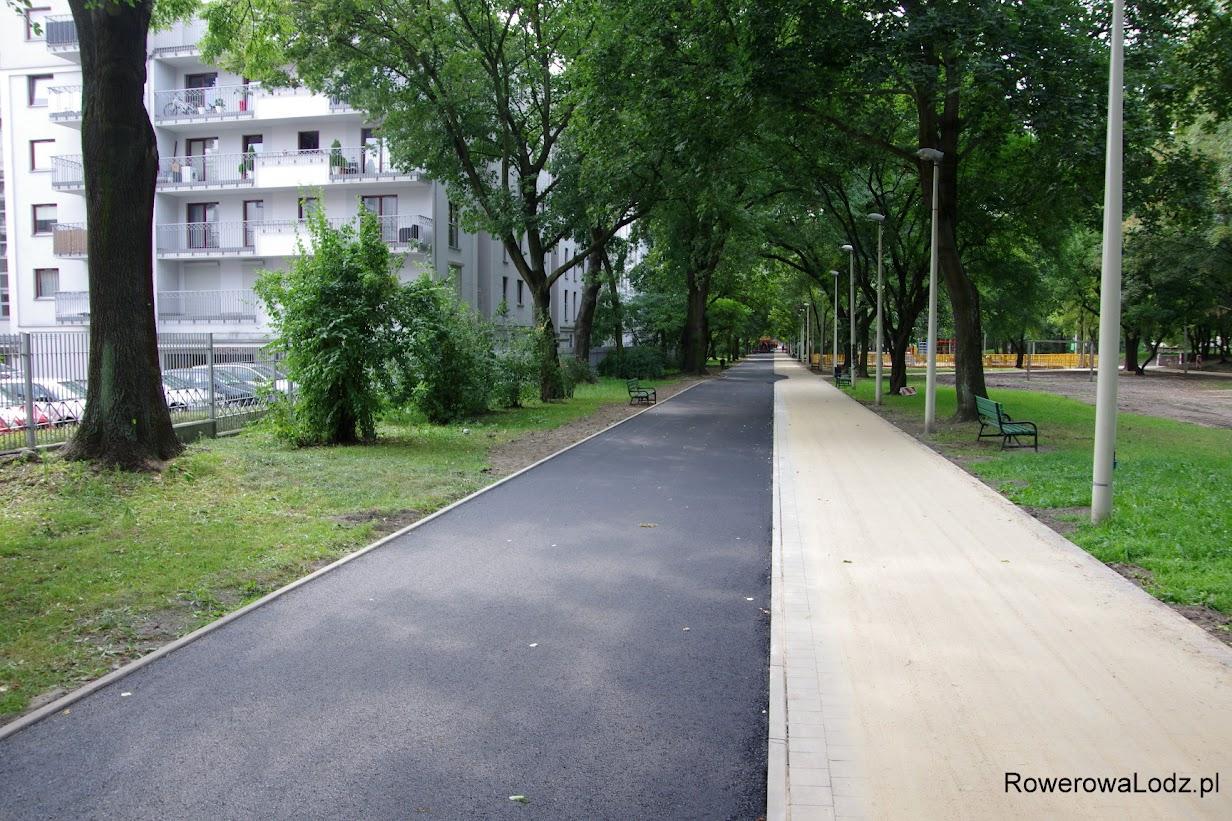 Pierwsza warstwa asfaltu już położona. Szkoda, że brakuje pasa rozdzielającego chodnik od ddr