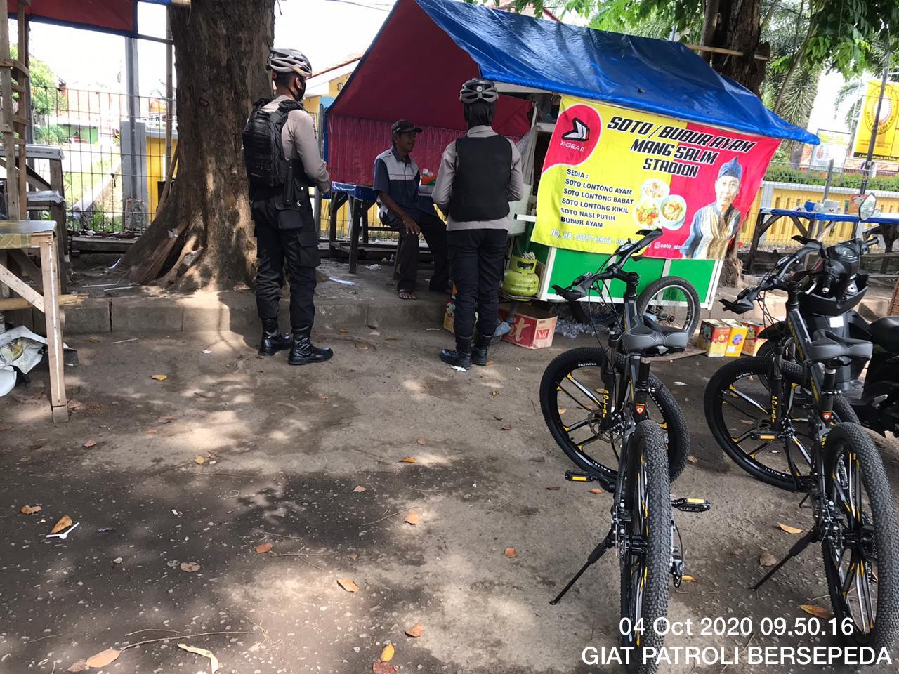 Sambil Bersepeda, Personel Ditsamapta Polda Banten Berikan Himbauan Kepada Masyarakat