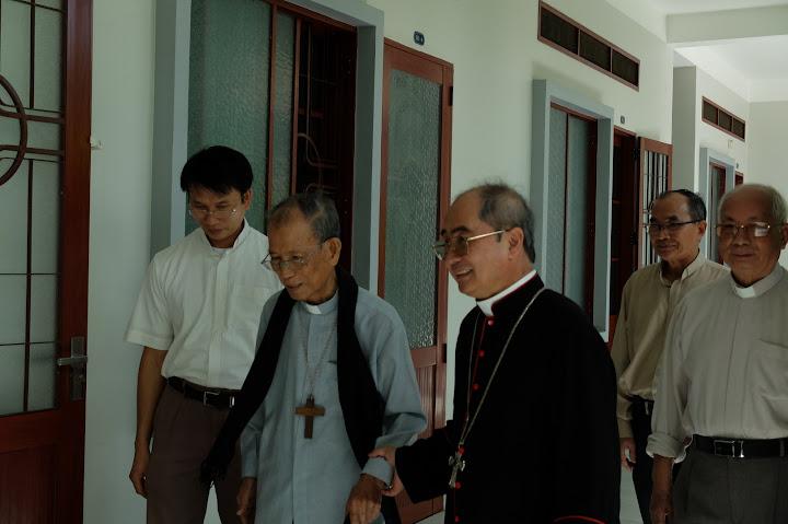 Hình ảnh Đức Cha Giuse Giám Mục Giáo Phận Nha Trang viếng thăm, chúc mừng lễ Giáng sinh đến Đức Cha Phaolô, quý Cha Nhà Nghỉ Dường vào thứ Ba, ngày 22.12.2015