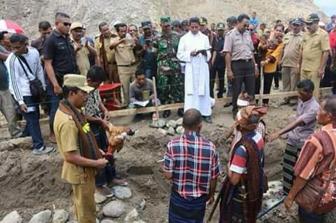Peletakan batu pertama Rs Pratama Wewaria oleh Bupati Ende