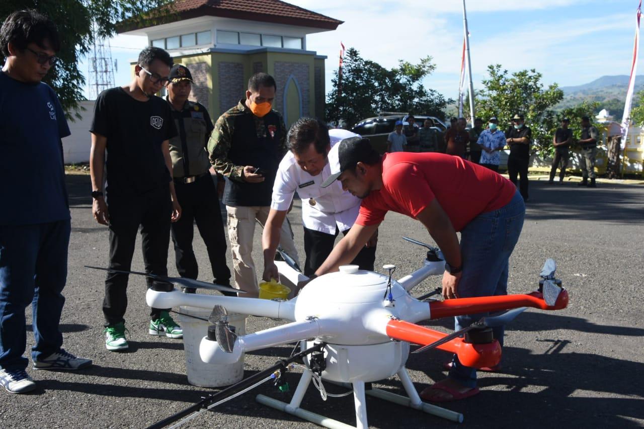 Pemda Soppeng Gunakan Drone Melakukan Penyemprotan di Pasar Tradisional