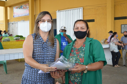 Procase e Prefeitura de Sumé entregam EPI's aos feirantes da Feira Agroecológica