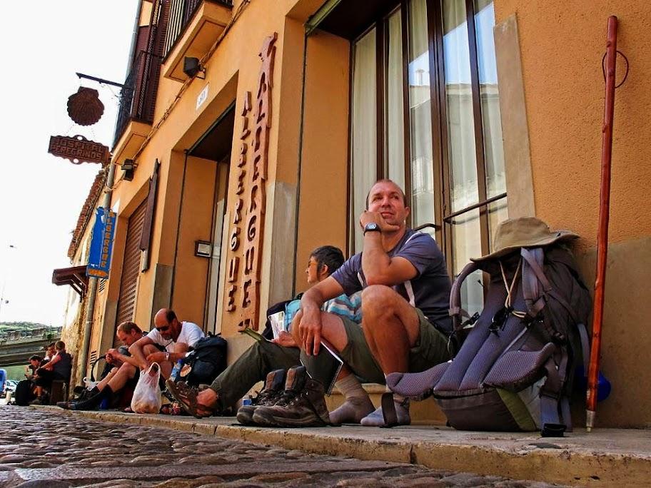 Peregrinos a la entrada del albergue municipal de Estella