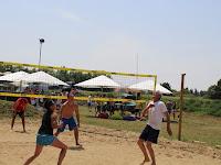 18 Háromfős csapatok versenyeznek a pályán.JPG
