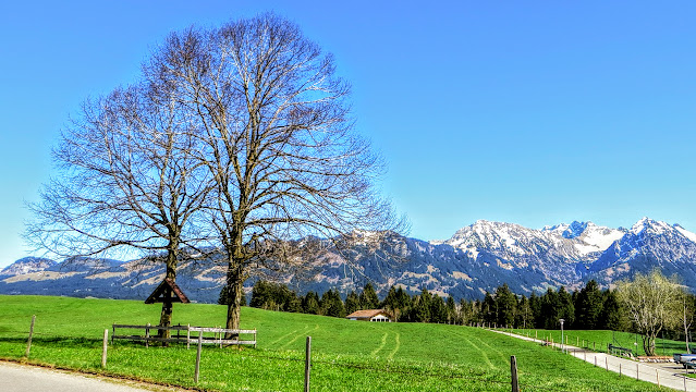 Kurpark Bolsterlang Blick auf Schnippenkopf Entschenkopf Nebelhorn Rubihorn Allgäu