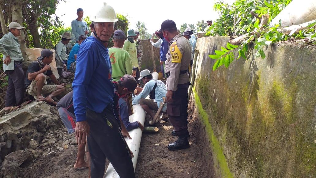Bhabinkamtibmas Polsek Marioriawa Bersama Warga Laksanakan Gotong Royong