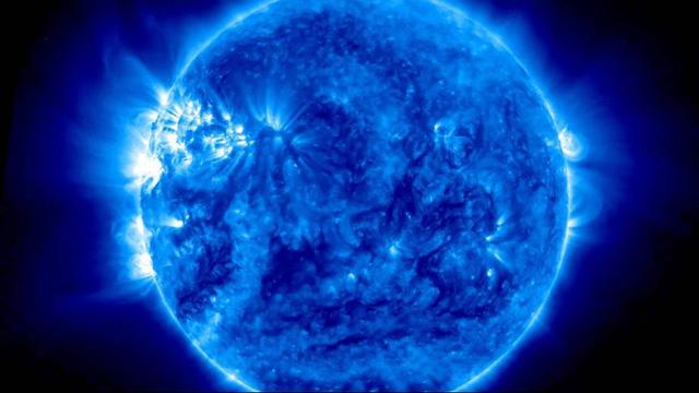 Bức ảnh Mặt Trời màu xanh được chụp vào ngày 15/7/2015, màu xanh biểu hiện cho những bước sóng vô hình với mắt người.