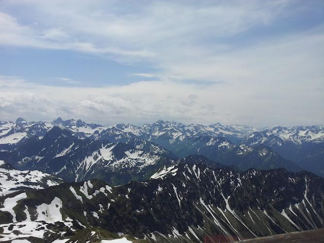 Blick von dem Restaurant auf dem Gipfel des Nebelhorns auf die zahllosen Gipfel der Umgebung