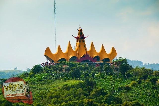 Menara Siger di dekat Pelabuhan Bakauheni, Lampung yang dilihat dari atas kapal ferry Virgo 18