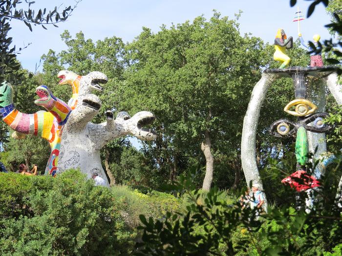 Niki de Saint Phalle, Il Papa e L'Impiccato, Giardino dei Tarocchi, Capalbio