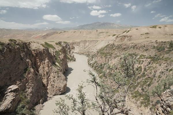 Der Fluss Naryn hat sich tief in die Landschaft eingegraben