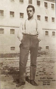 Ernst Toller im Gefängnishof, hinter ihm das Gefängnis.