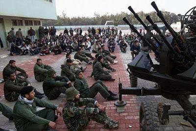 """Operação """"Espingarda da Paz"""" - Página 3 8+British+troops+captured+in+Libya+a"""