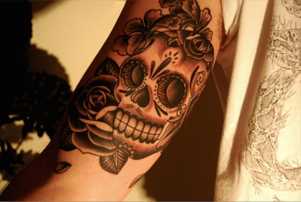 açcar_crnio_de_bceps_tatuagem