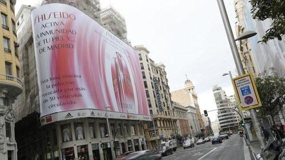 Una gran lona publicitaria que 'come' la contaminación en Gran Vía
