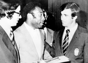 Photo: Amado Moreno presenta a Pelé al jugador de UD LASPALMAS Tonono, en el hotel Barajas de Madrid (1974)