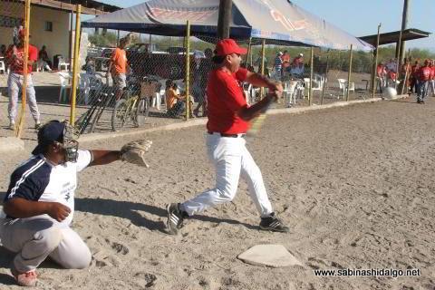 Javier García bateando por Diablos en el softbol del Club Sertoma