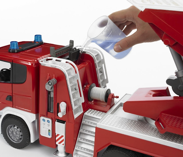 Các chi tiết và bộ phận trên chiếc Xe cứu hỏa thang xoay mã BRU03590 đều tinh xảo