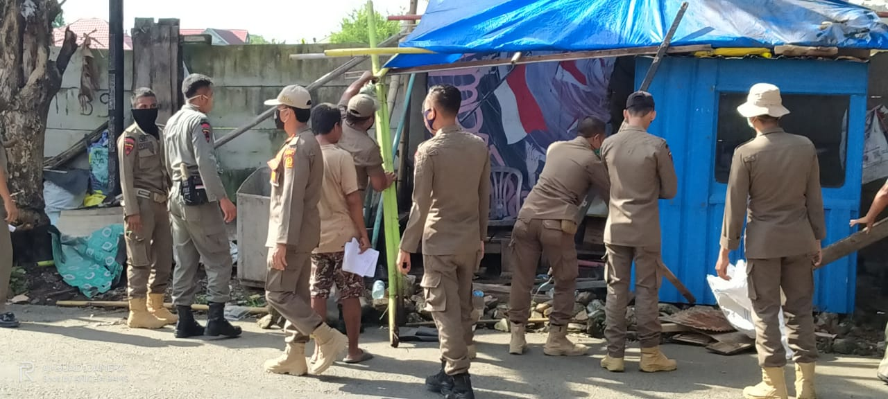 Ganggu Pengguna Jalan, Lapak PKL Ditertibkan Satpol-PP Bone
