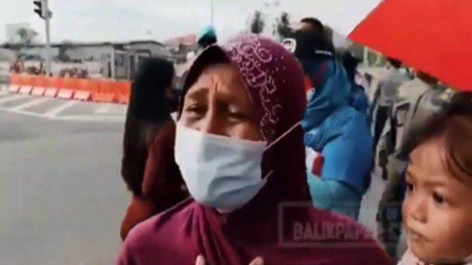 Viral Seorang Ibu Menangis Ingin Lihat Wajah Jokowi