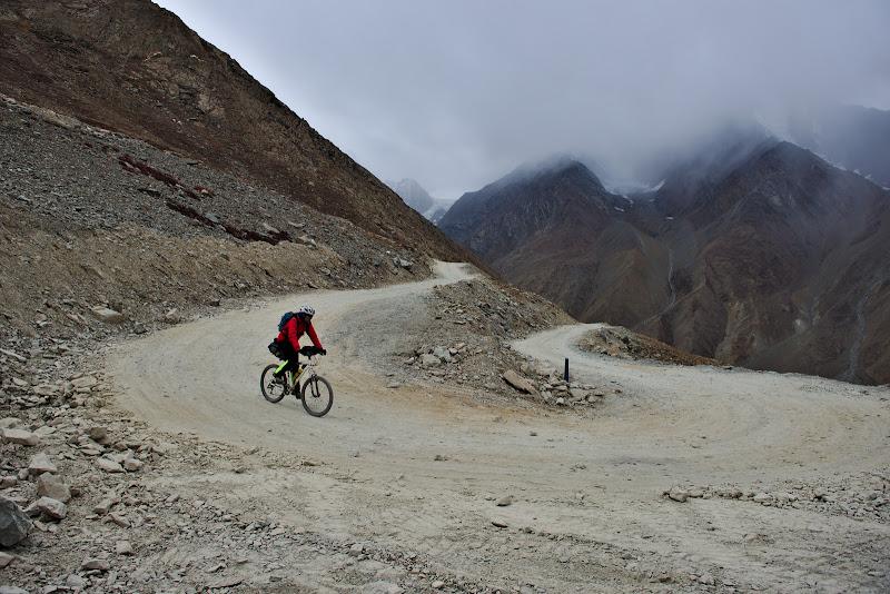Coborarea in Chandratal, unde umiditatea lasata in sapte de muson inca isi face de cap.