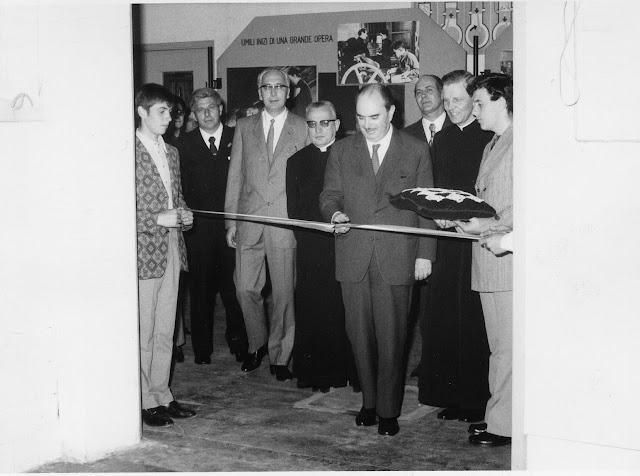 Don Andreatti (secondo da destra) assiste soddisfatto al taglio del nastro per una nuova aula del Centro Professionale dell'Oratorio