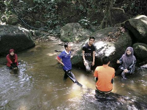 mandi di sungai tekala