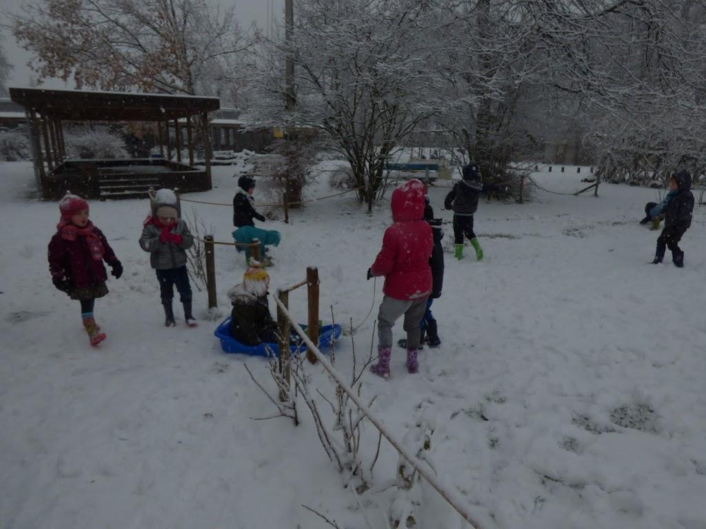 Spelen in de sneeuw - P1060682.JPG